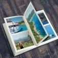 Fotoboek op tafel